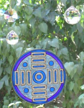 Blaue Scheibe im Fenster mit Kristallen