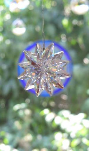 Blaue Scheibe mit Kristall davor