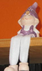 Zwerg sitzend auf Regal